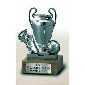 Trofeo copa con bota de fútbol y balón