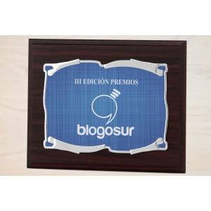 Estuche economico con madera y placa con bordes arriba y abajo doblados personalizada